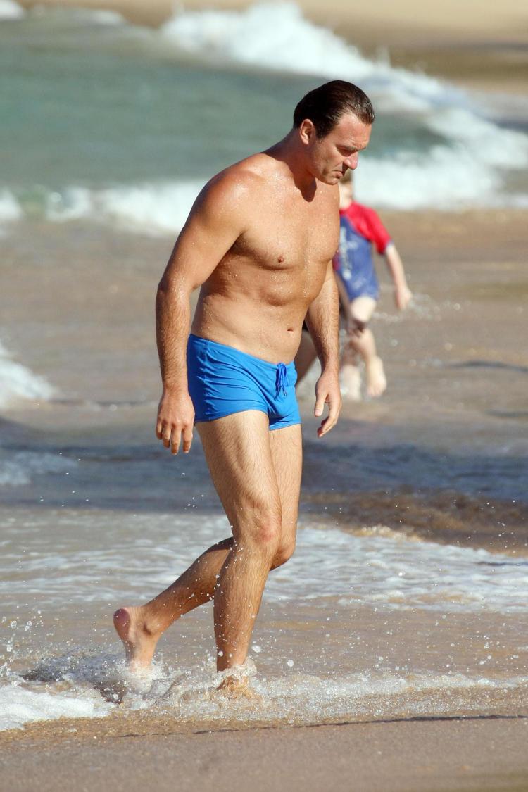 julian mcmahon is in australia julian mcmahon beach 01 â€