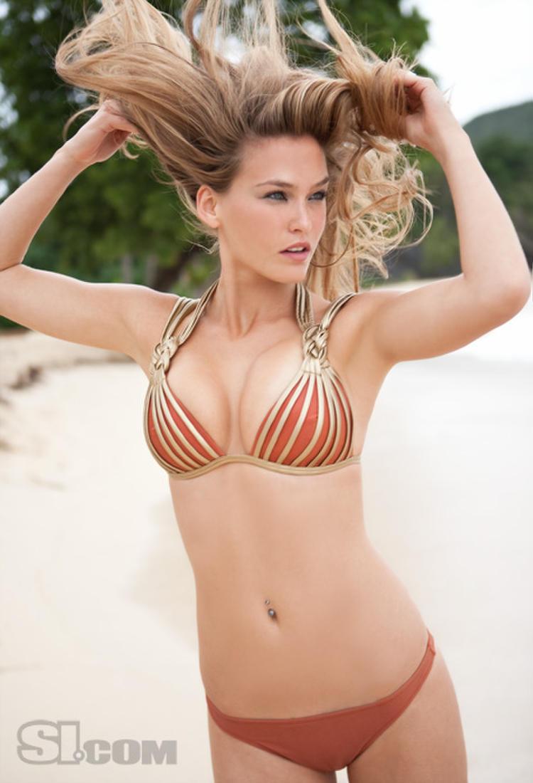Фото голая девочка показывает свои прелести 3 фотография