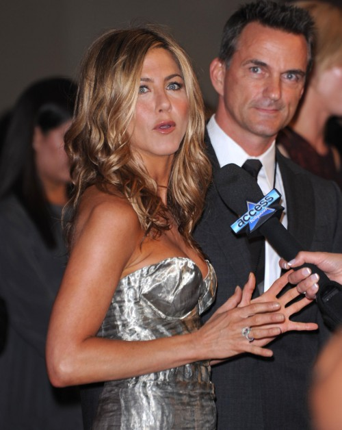 jennifer-aniston-crystal-lucy-12