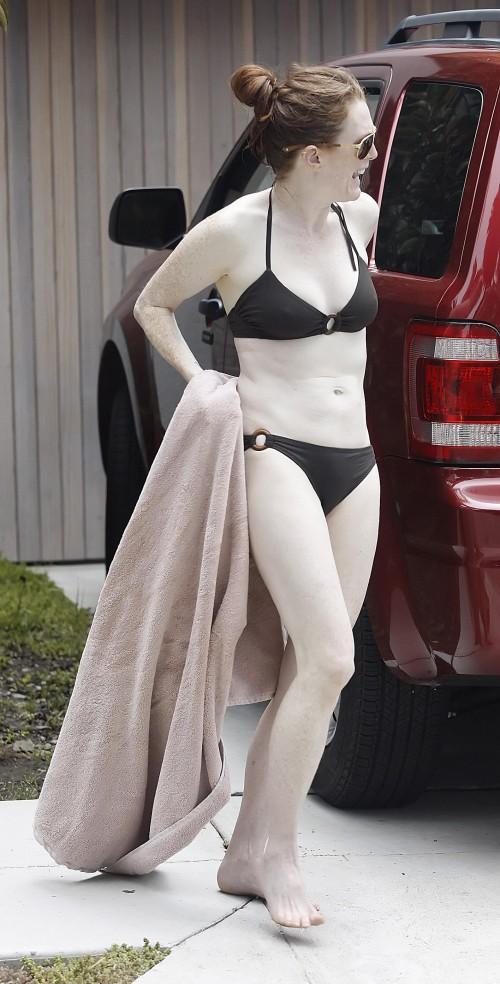 julianne-moore-bikini-06