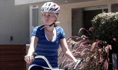 anna-paquin-bike