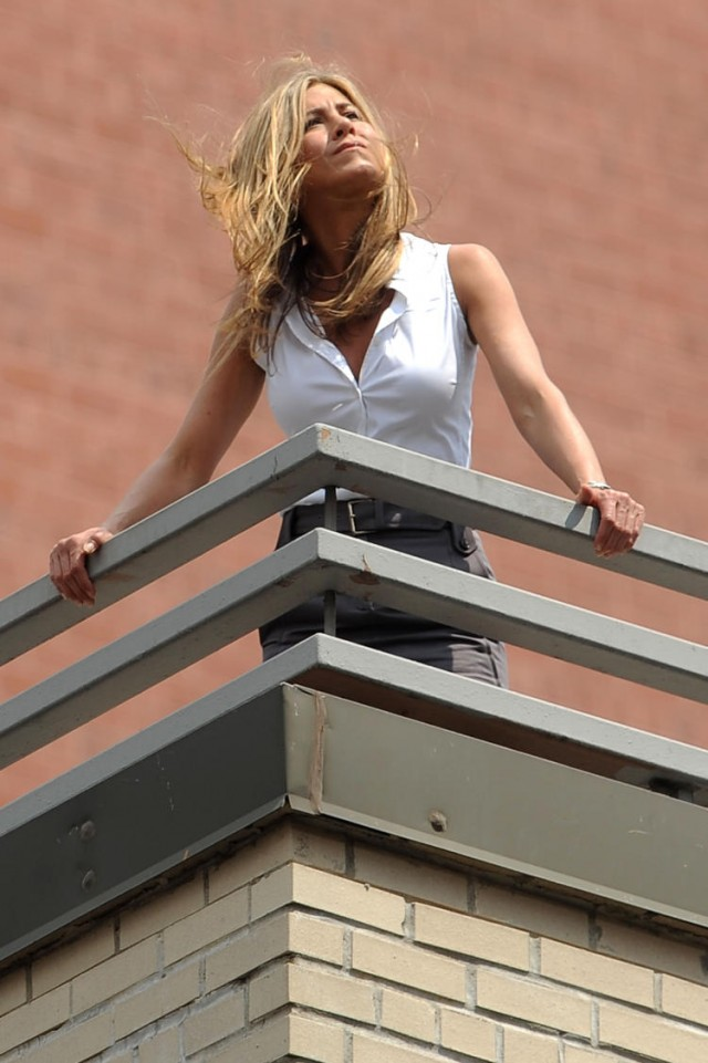 jennifer-aniston-roof-04