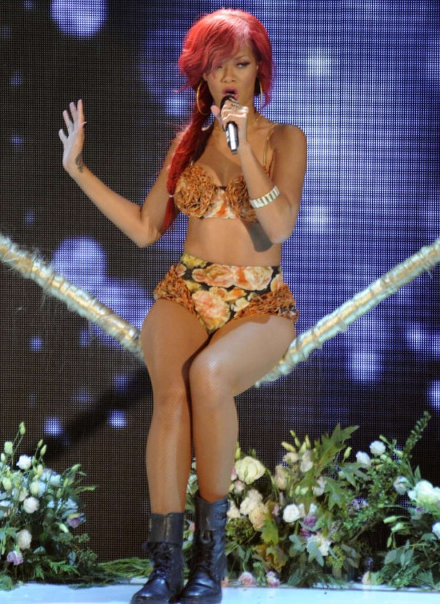 Rihanna Performs In Italy On X-Factor!