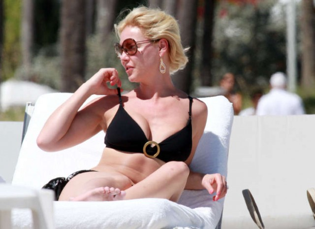 Katherine Heigl Kicks Smoking On The Beach?