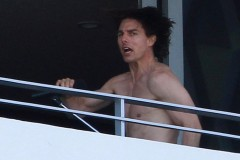 20110718-tom-cruise-balcony