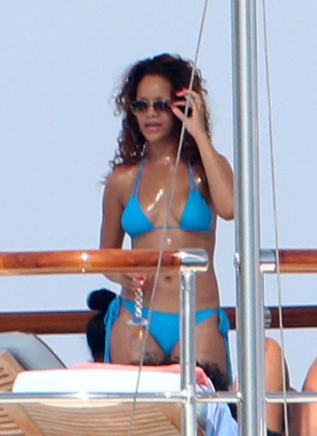 FP_7774122_CHP_Rihanna_SaintTropez_082311