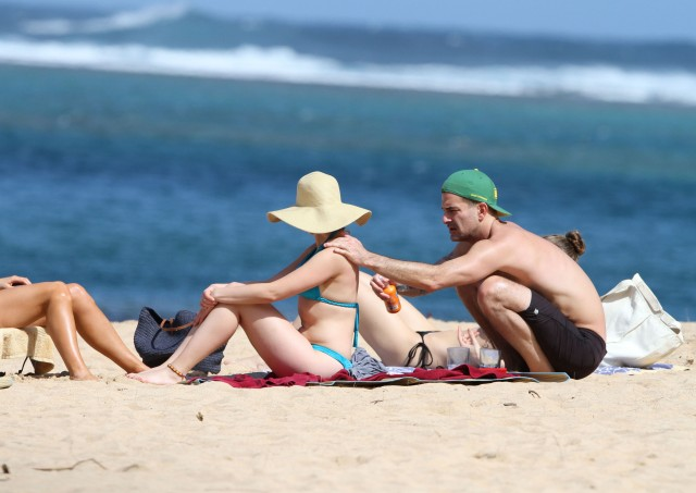 Scarlett Johansson Showing Off Her Bikini Body In Hawaii