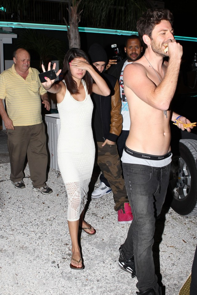 Did Justin & Selena Get Drunk At A Sports Bar?