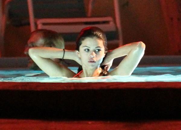 Katyladynews Selena Gomez Vanessa Hudgens And Ashley Benson Film A Hot Tub Scene For Spring
