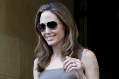 angelina-jolie-engagement-ring-0417