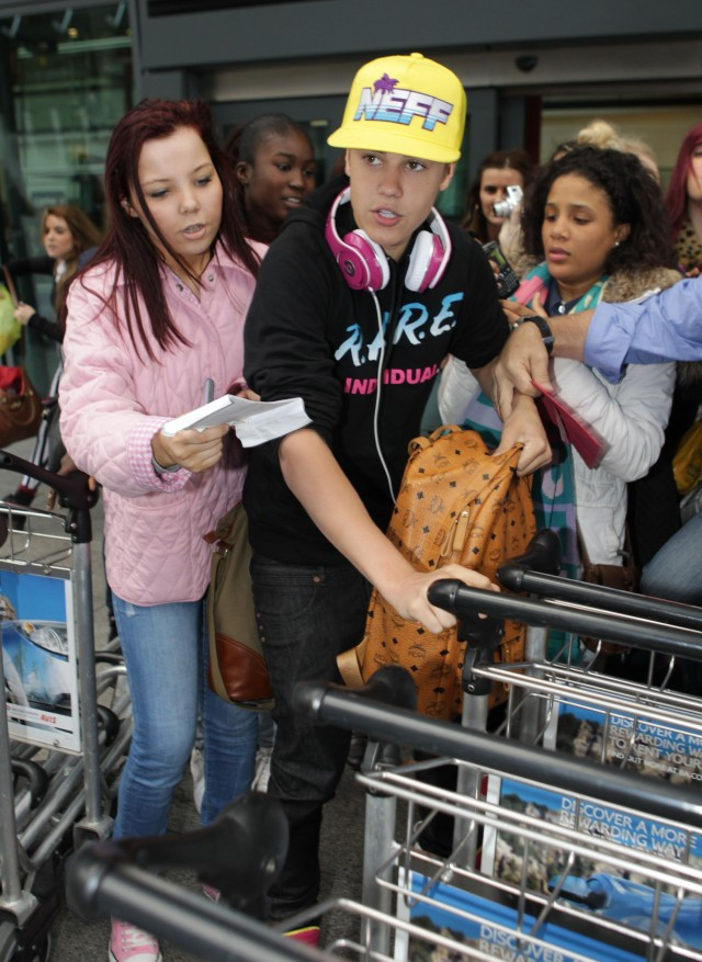 Justin Bieber Is Mobbed In London