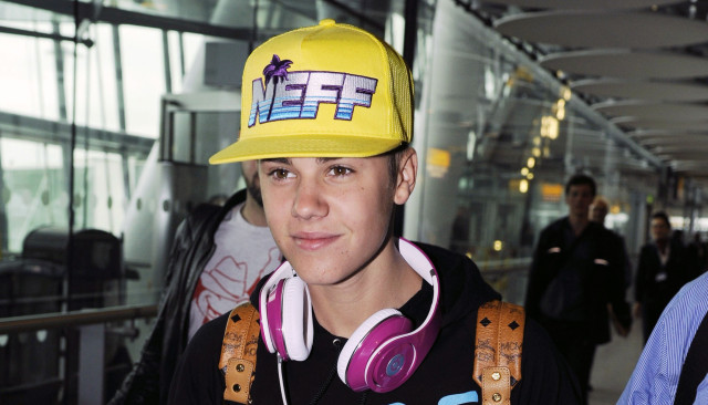 justin-beiber-heathrow-0423