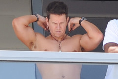 mark-wahlberg-shirtless-balcony-0402