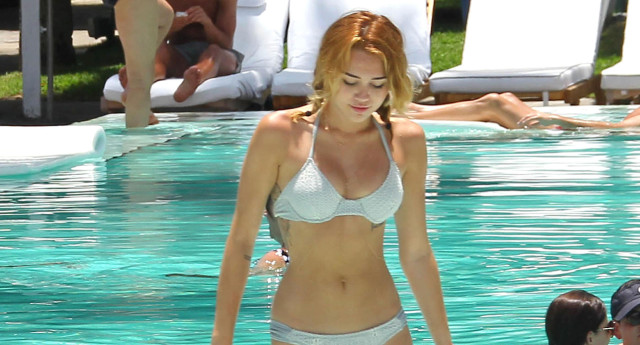 miley-cyrus-bikini-pool-0614