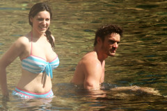 kelly-brook-thom-evans-makeout-0712