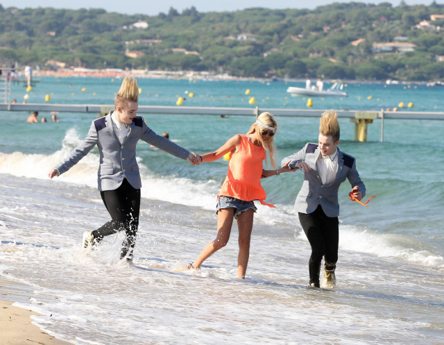 "Tara Reid Strolls The Saint-Tropez Beach With ""Jedward"""