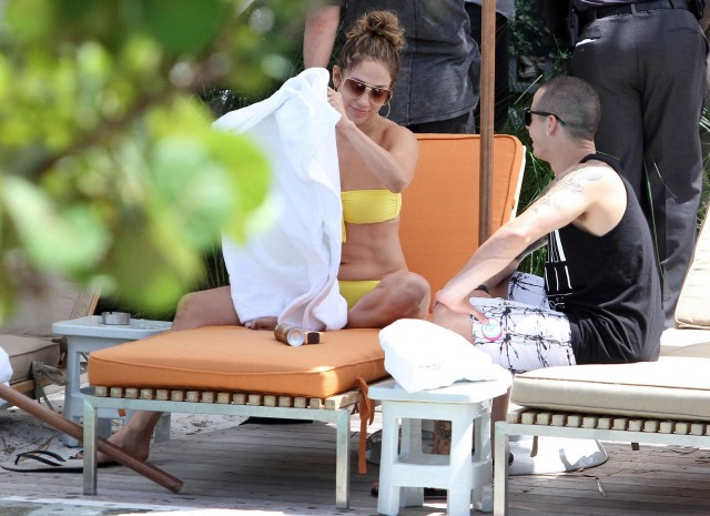 Jennifer Lopez Relaxes At The Pool With Her Kids And Casper