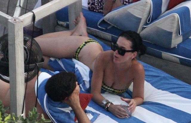 katy-perry-pool-0824