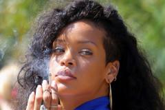 rihanna-smoke-0816