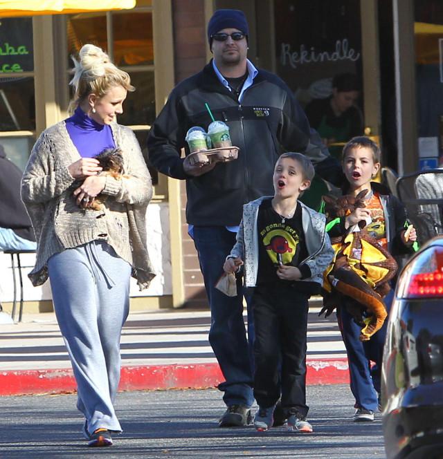 Britney Spears Takes Her Boys To Starbucks
