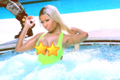 nicki-minaj-hot-tub