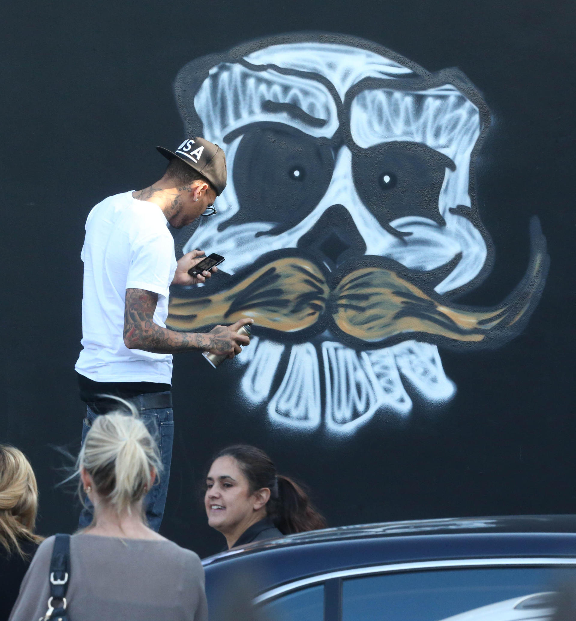 Chris brown spray paints a mural in miami 141399 for Chris brown mural