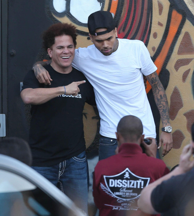 Chris brown spray paints a mural in miami 141402 for Chris brown mural