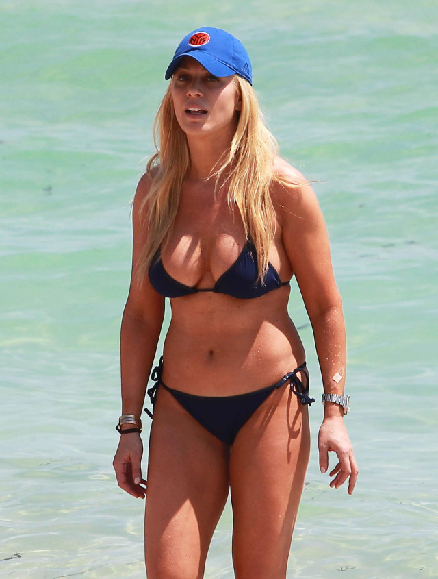 Jill Martin Hangs On The Beach With Friends | 141344 | Photos | The ...