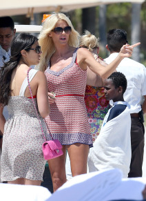 Victoria Silvstedt Strolls to the Beach in Miami