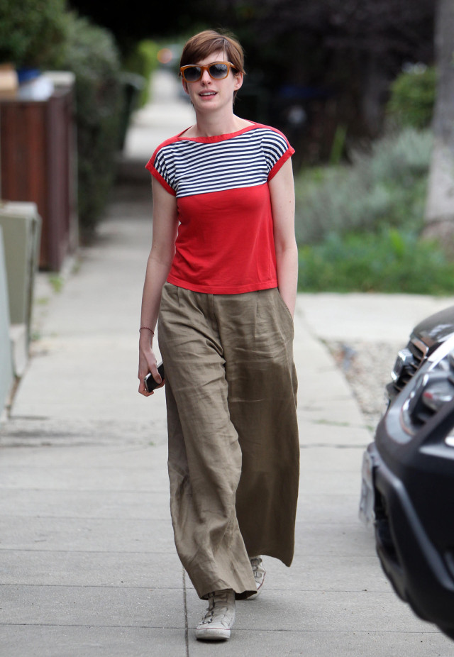 Anne Hathaway Visits A Friend In Hollywood 148499 Photos The