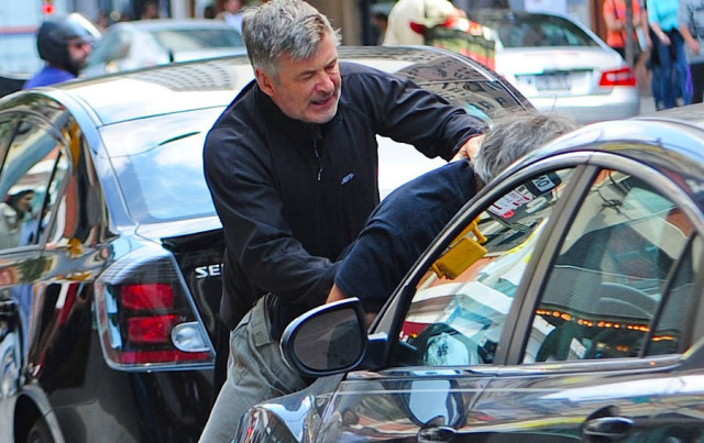 alec-baldwin-attack-photog