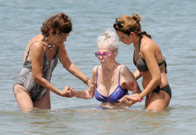 Duchess Of Alba Shows Off Her Bikini Body 150672