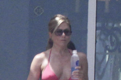 Jennifer Aniston show her amaizing body as does her fiance, Justin Theroux in their Mexican getaway