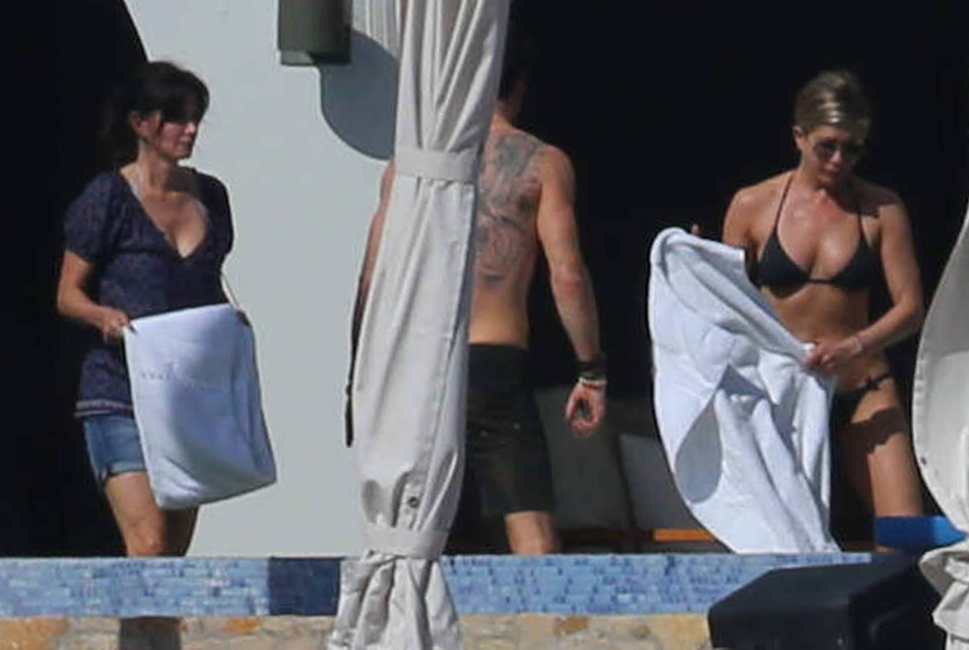 jennifer amp justin host their famous friends in cabo