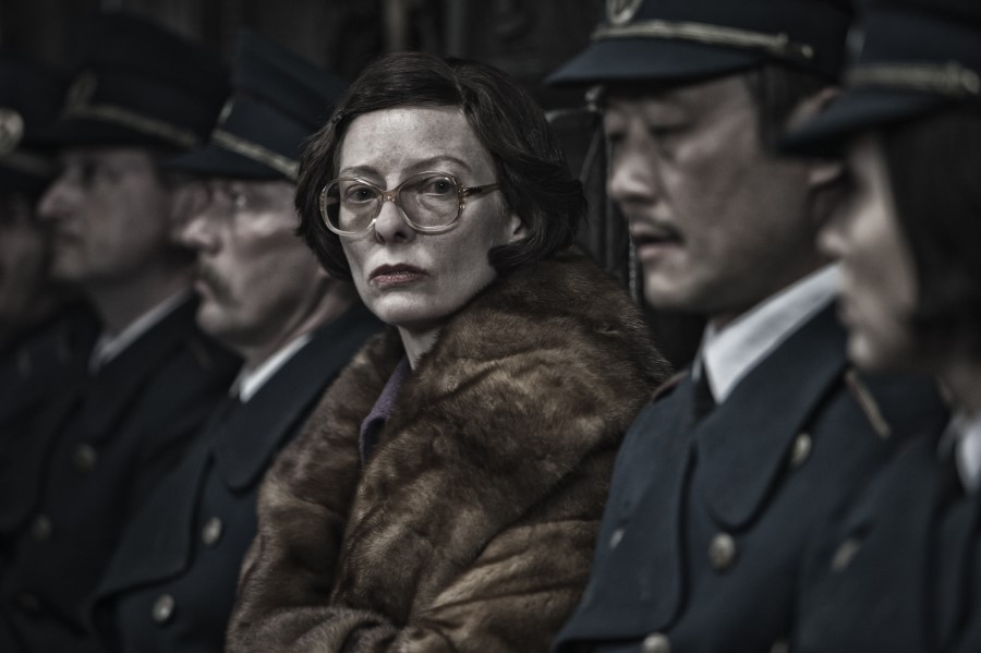 In a future where a failed global-warming experiment kills off all life on the planet except for a lucky few that boarded the Snowpiercer, a train that travels around the globe, where a class system evolves.