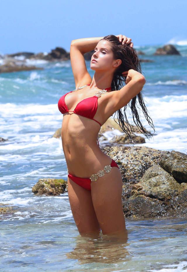 Amanda Cerny Shows Off Her Bikini Body On The Set Of A ...