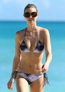 Whitney-Port-Shows-Off-Her-Bikini-Body-In-Miami-18