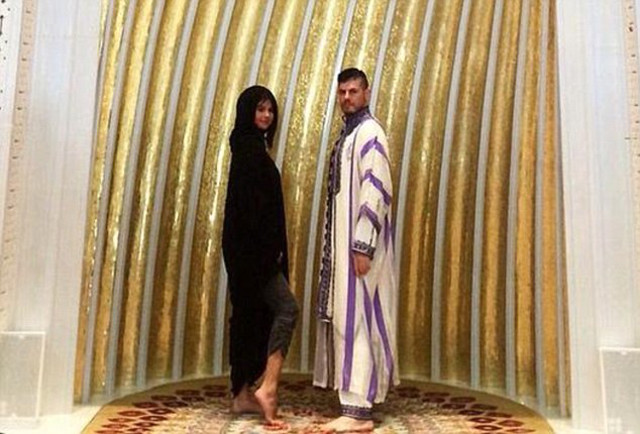 Selena Gomez Ankle Mosque Photo 02