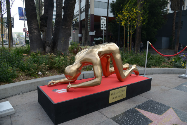 Street artist create controversal Oscars statue