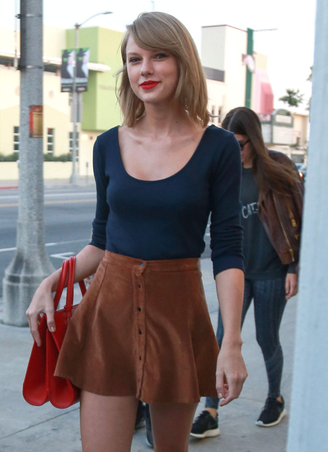 Taylor Swift Stops By The Kelsey Edwards Photographer Studio   192421 ... Taylor Swift