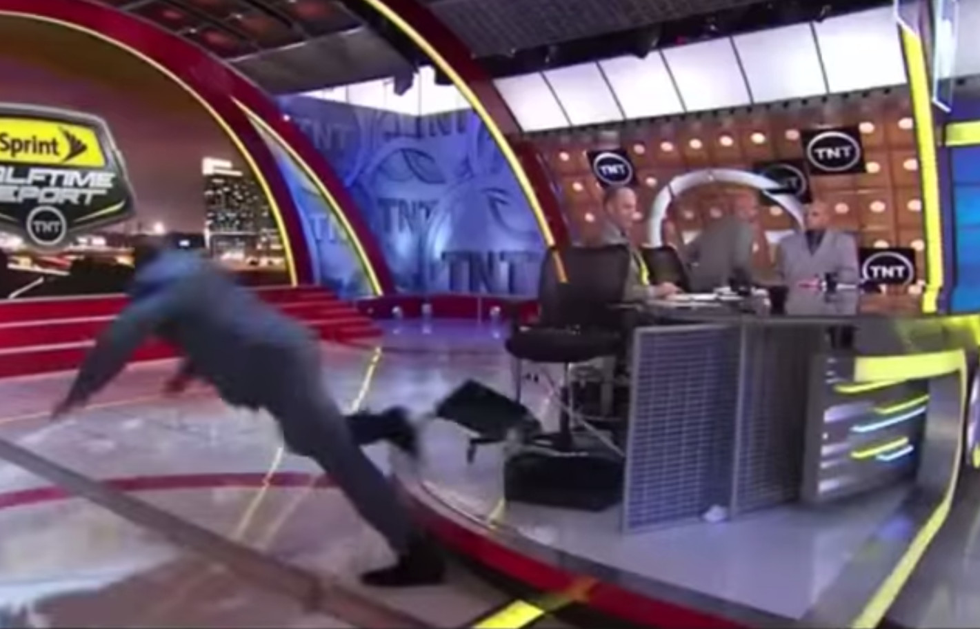 Shaq falls down face first on live tv the blemish for Where does shaq live