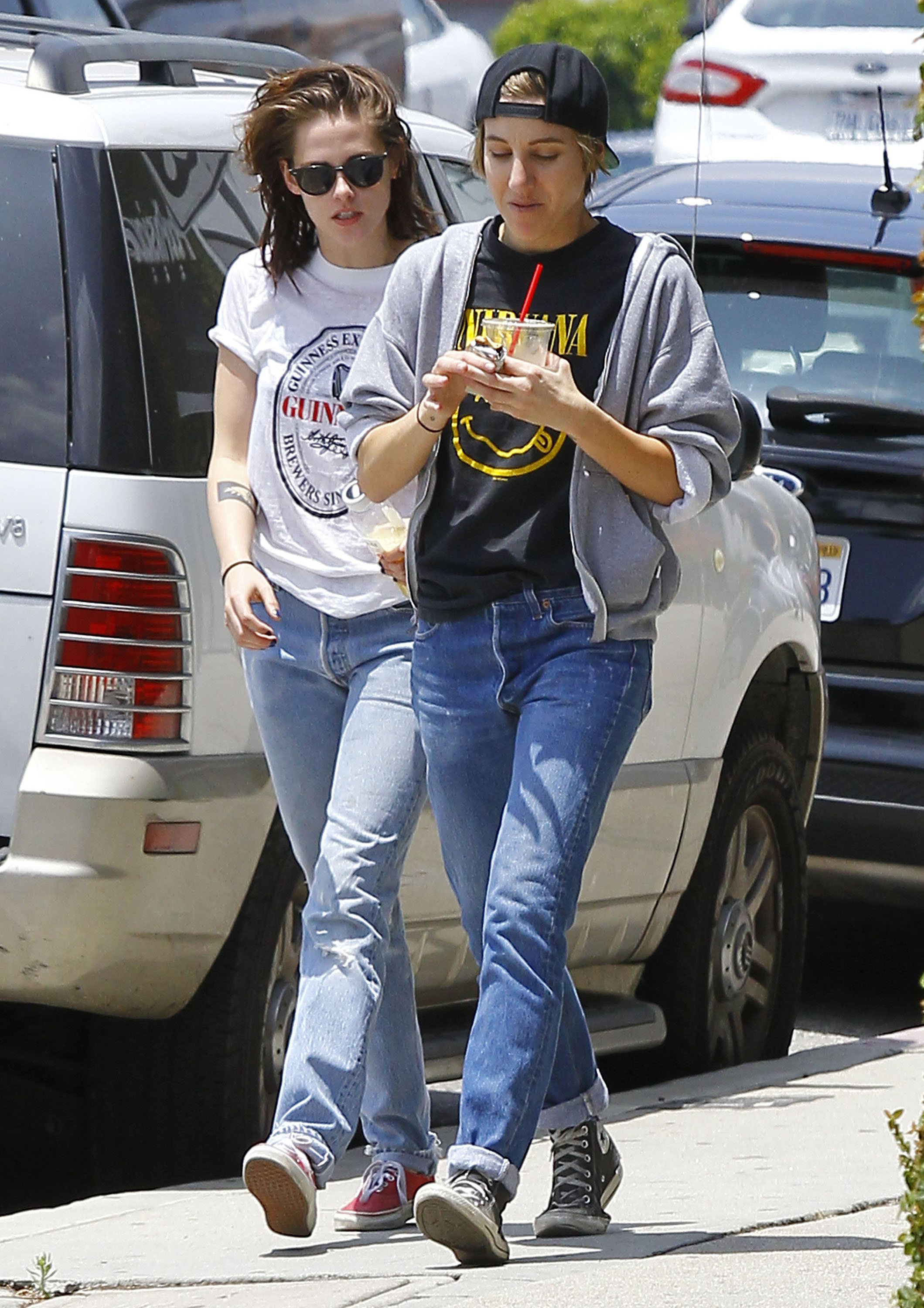 kristen dating alicia Kristen stewart was recently spotted checking out some butt while curbing her caffeine craving at fix in los feliz, california, with girlfriend, alicia cargile.
