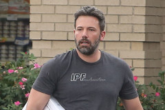 "51809193 With a divorce looming Ben Affleck is spotted wearing his wedding ring while visiting a pet store with his daughter Violet on July 26, 2015 in Atlanta, Georgia. Ben is in town to spend time with his estranged wife Jennifer Garner while she films her new movie ""Miracles From Heaven."" FameFlynet, Inc - Beverly Hills, CA, USA - +1 (818) 307-4813"