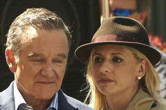 51186991 Stars on the set of 'The Crazy Ones' filming in Los Angeles, California on August 22, 2013. Stars on the set of 'The Crazy Ones' filming in Los Angeles, California on August 22, 2013. Pictured: Robin Williams, Sarah Michelle Gellar FameFlynet, Inc - Beverly Hills, CA, USA - +1 (818) 307-4813