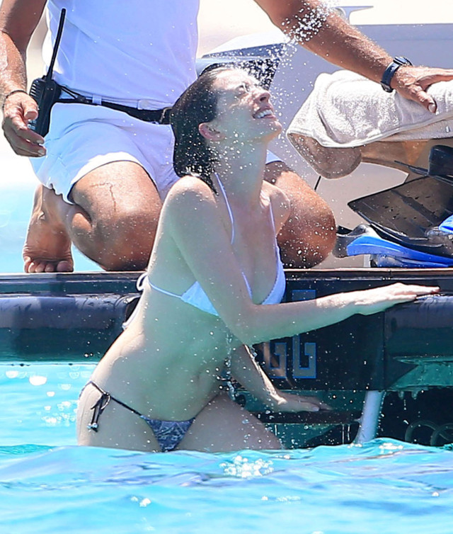 51822693 Actors Anne Hathaway shows off her bikini body as she and Adam Shulman vacation in Ibiza, Spain on August 13, 2015. The pair took a swim in the ocean with pals and showed off their playful side when Adam sprayed Anne with a water hose! FameFlynet, Inc - Beverly Hills, CA, USA - +1 (818) 307-4813 RESTRICTIONS APPLY: USA/AUSTRALIA ONLY