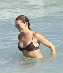51934032 Actress Katie Cassidy enjoys a day at the beach with some friends in Miami, Florida on December 21, 2015. FameFlynet, Inc - Beverly Hills, CA, USA - +1 (310) 505-9876