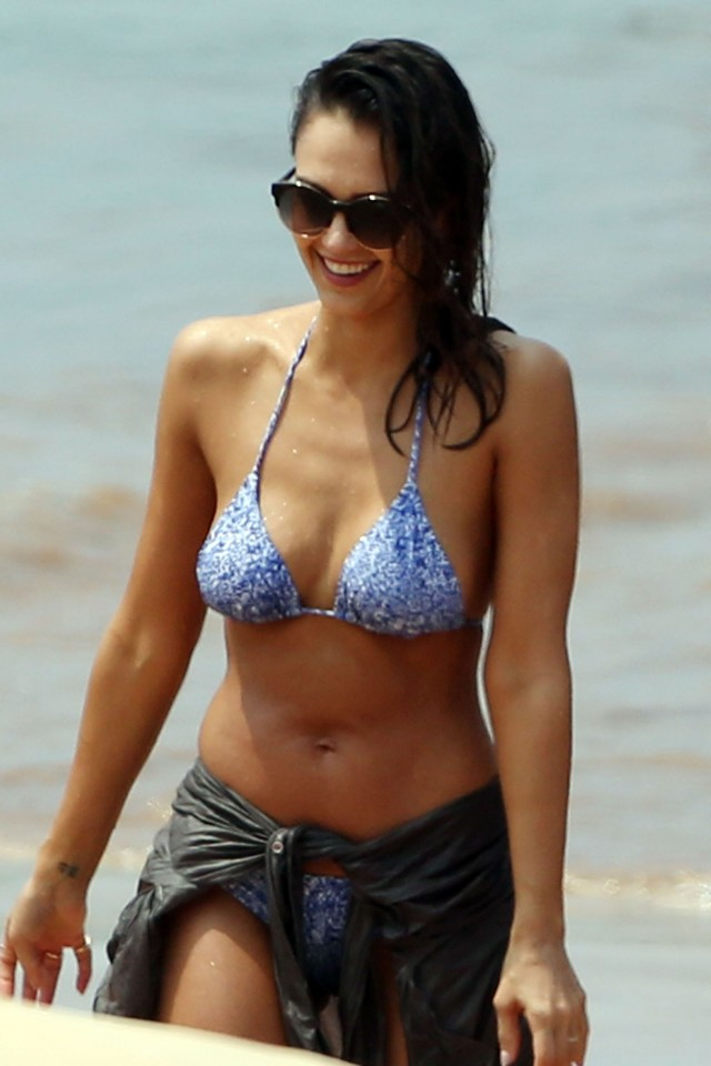 52003005 Actress Jessica Alba shows off her sexy bikini body on the beach in Maui, Hawaii on March 22, 2016. Jessica enjoyed a day of paddle boarding while her and her family are enjoying a Spring Break vacation to the island paradise. FameFlynet, Inc - Beverly Hills, CA, USA - +1 (310) 505-9876