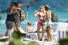 Ellie Goulding Soaks Up Some Sun With Friends In Miami