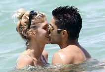 52104874 Victorias Secret model Devon Windsor and her boyfriend enjoy a day on the beach in Miami, Florida on June 26, 2016. The pair could be seen kissing in the water before returning to their chairs. FameFlynet, Inc - Beverly Hills, CA, USA - +1 (310) 505-9876