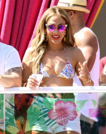 52075883 Singer Jennifer Lopez hosts a debut at 'Carnival Del Sol' at Drai's Beachclub in Las Vegas, Nevada on May 29, 2016  She wore a bikini top and white shorts and had a snow cone while she pumped the group up. FameFlynet, Inc - Beverly Hills, CA, USA - +1 (310) 505-9876